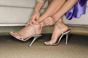 STOP GONFIORE Capita di sentire dolore a una caviglia o di vederle entrambe gonf…