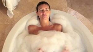OCCHIO ALLA DETERSIONE  Non tutti sanno che con i lavaggi la pelle perde abbronz…